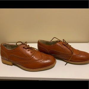 Womens wing tip shoes